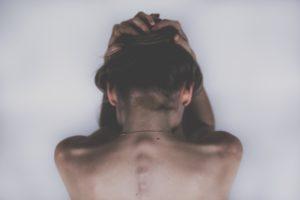 Schmerzen und Cannabis Frau