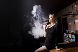 CBD E-Liquid - Frau mit E-Zigarette