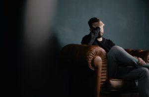 Kopfschmerzen und CBD - Patient auf einem Sofa