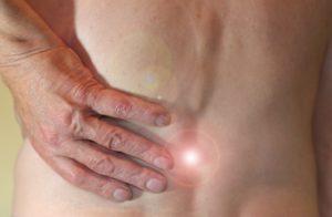 CBD bei Rückenschmerzen - Mann mit Rückenschmerzen