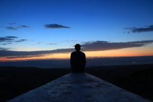 Restless Leg Syndrom (RLS) - Mann im Abendhimmel