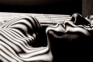 CBD bei Schlafstörungen - Man in schwarz-weiss