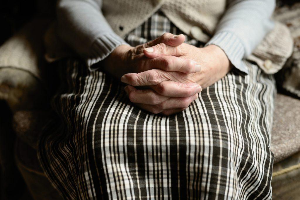 CBD bei Osteoporose - Frau mit Erkrankung