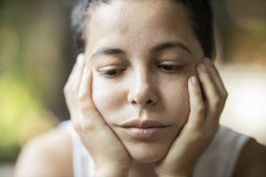 Epilepsie-Behandlung Mädchen nachdenklich