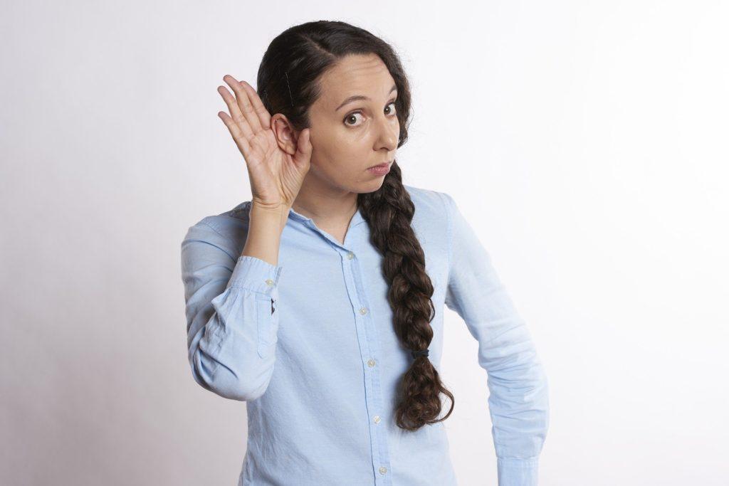 Was tun bei Tinnitus - Frau hört nicht